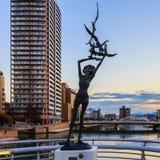Una scultura bronzea sul ponte di Kattsuyama in Kitakyushu Fotografie Stock Libere da Diritti