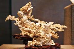 Una scultura dell'osso di due ragazze Immagini Stock