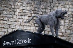 Una scultura delle guardie di un babbuino un negozio del chiosco del gioiello fotografia stock