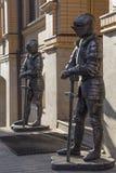 Una scultura di due cavalieri medievali Immagine Stock