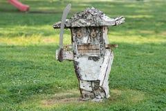 una scultura di legno delle schiaccianoci fatte a mano dalla betulla su un fondo di erba fotografia stock libera da diritti