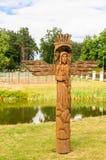 Una scultura di legno sul territorio della chiesa della trinità santa Liskiava fotografia stock libera da diritti