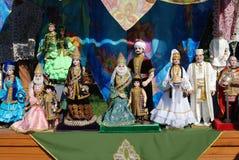 Una scultura di una famiglia in costumi tradizionali Fotografia Stock