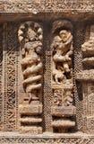 Una scultura incappucciata del serpente e una coppia amorous Fotografie Stock Libere da Diritti