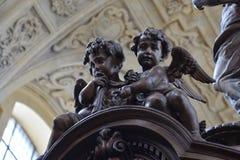 Una scultura scolpita legno di due angeli immagini stock libere da diritti