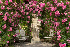 Una scultura in un roseto in Baden-Baden Fotografie Stock