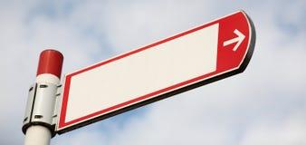 Una señal de dirección en blanco imagenes de archivo