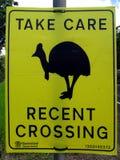 Una señal de peligro al motorista que pide cuidado ser tomado debido a los casuarios en th Fotografía de archivo