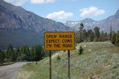 Una señal de peligro para los motoristas en Wyoming fotografía de archivo libre de regalías