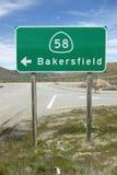 Una señal de tráfico cerca de Bakersfield California que señala para encaminar 58 a Bakersfield Fotos de archivo libres de regalías