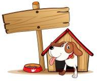 Una señalización al lado de una caseta de perro Fotos de archivo libres de regalías