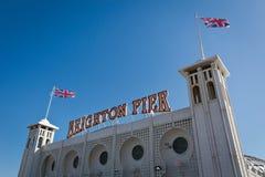 Una señalización de Brighton Pier con la bandera inglesa Imagen de archivo