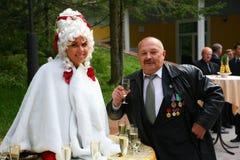 Una señora-bebida, una tabla de la muchacha, tabla viva y el veterano del viejo hombre Imagen de archivo