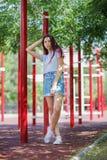 Una señora bonita joven en ropa casual en un fondo natural borroso Moda, urbana, concepto de la juventud Copie el espacio Fotografía de archivo libre de regalías