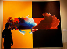 Una señora delante de una pintura abstracta del museo Foto de archivo