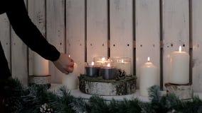 Una señora enciende velas El calor y la atmósfera de las vacaciones de invierno almacen de video