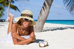 Una señora es se relaja en una playa Foto de archivo