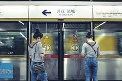 Una señora espera la línea 6 del subterráneo Imagen de archivo libre de regalías
