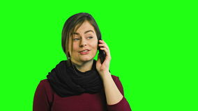 Una señora feliz joven que habla en el teléfono almacen de metraje de vídeo