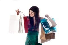 Una señora joven atractiva hacia fuera que hace compras. Imagen de archivo