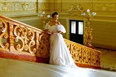 Una señora joven en un vestido blanco lujoso Fotos de archivo libres de regalías