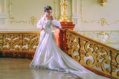 Una señora joven en un vestido blanco lujoso Imagenes de archivo