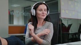 Una señora joven Listening a la música dentro metrajes