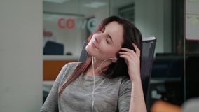 Una señora joven Listening a la música dentro almacen de metraje de vídeo