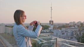 Una señora joven Taking Photos en la ciudad metrajes