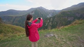 Una señora joven Taking Photos en las montañas metrajes