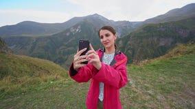 Una señora joven Taking Selfie en las montañas almacen de metraje de vídeo