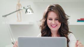 Una señora joven Using un ordenador dentro almacen de metraje de vídeo