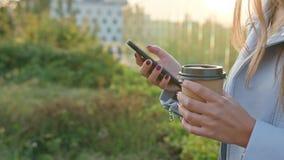 Una señora joven Walking y usar un teléfono al aire libre almacen de video