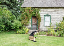 Una señora mayor caida abajo en la hierba verde delante de la casa Fotos de archivo