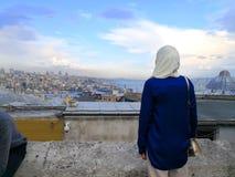 Una señora mira el lago marmara en el lado europeo de Estambul fotografía de archivo