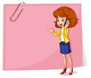 Una señora que usa un teléfono móvil que se coloca delante de la señalización vacía Imagen de archivo