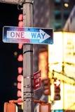 Una señal de tráfico de Nueva York de la manera Foto de archivo libre de regalías