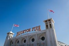 Una señalización de Brighton Pier con la bandera inglesa Imagen de archivo libre de regalías