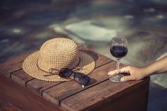 Una sed del ` s de la muchacha en la tarde del verano imagen de archivo libre de regalías