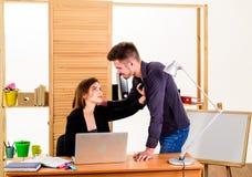 Una sed para el romance Pares de los compa?eros de trabajo jovenes que conducen romance de la oficina Romance del lugar de trabaj fotos de archivo