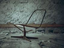 Una sedia arrugginita rotta Immagini Stock Libere da Diritti