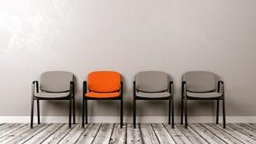 Una sedia colorata differente in una fila di Grey Immagini Stock