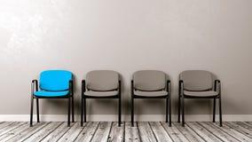 Una sedia colorata differente in una fila di Grey Fotografia Stock
