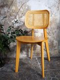 Una sedia di legno nella vecchia Camera immagine stock