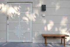 Una sedia e la porta Fotografia Stock