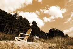 Una sedia sotto le nuvole fotografia stock