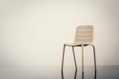 Una sedia sul pavimento Fotografia Stock