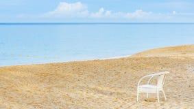 Una sedia vuota su una spiaggia sabbiosa vicino al mare Fotografia Stock Libera da Diritti