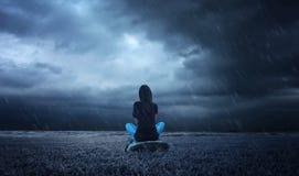 una seduta sola della ragazza Immagini Stock