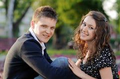 Una seduta sorridente delle coppie Fotografia Stock Libera da Diritti